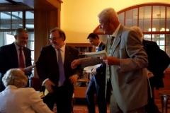 Entrega del Liber Amicorum por el Prof. Dr. Dr. h.c. mult. Luzón Peña al Prof. Dr. Dr. h.c. mult. Roxin. Por detrás, se acerca el Prof. Dr. Dr. h.c. mult. Silva Sánchez