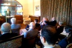 Los asistentes escuchan al Prof. Dr. Díaz y García Conlledo.