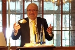 El Prof. Dr. Dr. h.c. mult. Schünemann durante su alocución