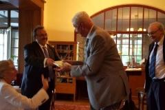 Entrega del Liber Amicorum por el Prof. Dr. Dr. h.c. mult. Luzón Peña al Prof. Dr. Dr. h.c. mult. Roxin