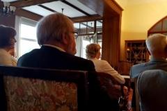 Los asistentes escuchan las alocuciones: en primer plano, el Prof. Dr. h.c. mult. Schünemann y, en segundo plano, el Prof. Dr. Dr. h.c. mult. Roxin, cada uno junto a su esposa.