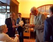 Entrega del Liber Amicorum por el Prof. Dr. Dr. h.c. mult. Silva Sánchez al Prof. Dr. Dr. h.c. mult. Roxin. Al fondo, el Prof. Dr. Robles Planas.