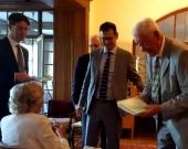 Entrega del Liber Amicorum por el Prof. Dr. Zöller al Prof. Dr. Dr. h.c. mult. Roxin.