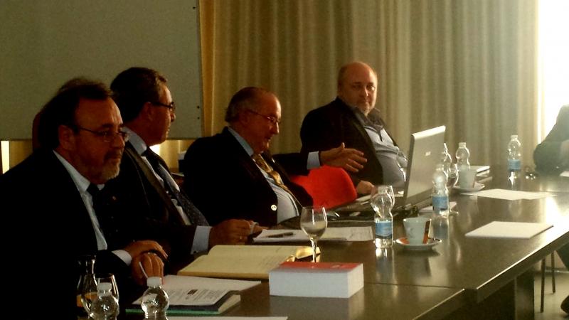 Un momento del debate tras las ponencia del Prof. Dr. García Valdés.