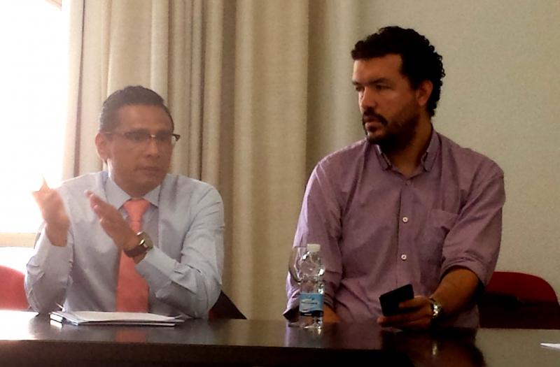 D. Sandro Montes Huapaya interviene en el debate tras la ponencia del Prof. Dr. Paredes Castañón. A la dcha., D. Juan Pablo Uribe.
