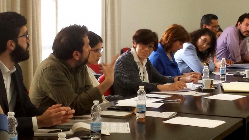 El Prof. Dr. Mario Maraver interviene en el debate tras la ponencia del Prof. Dr. Paredes Castañón.
