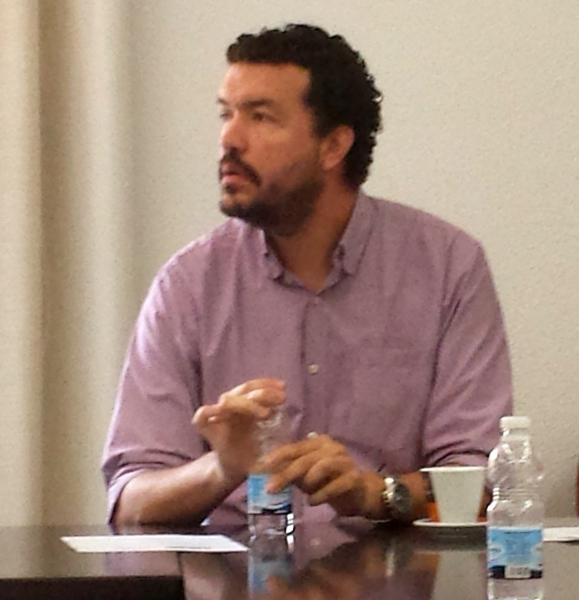 D. Juan Pablo Uribe interviene en el debate tras la ponencia de la Prof. Suárez López.