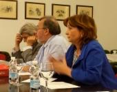 La Prof. Dra. Olaizola Nogales modera el debate tras la ponencia.