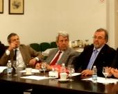 El Prof. Dr. Peñaranda Ramos interviene en el debate tras la ponencia del Prof. Dr. Manes.