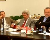 El Prof. Dr. Vittorio Manes escucha la intervención del Prof. Dr. Peñaranda Ramos
