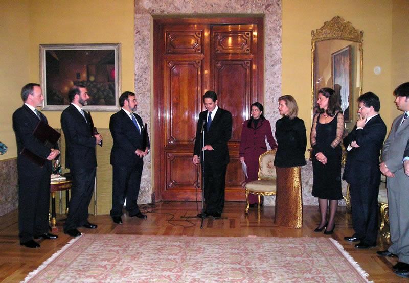 141. Embajada de Colombia en Madrid, 12-1- 2004. Entrega de las Cruces de Caballero de la Orden del Congreso de Colombia. Palabras de clausura del Vicepresidente del Senado D. Germán Vargas.