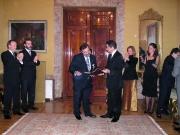137. Embajada de Colombia en Madrid, 12-1- 2004. Entrega de las Cruces de Caballero de la Orden del Congreso de Colombia. El Vicepresidente del Senado entrega el título de la Cruz al Prof. Luzón Peña.