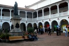 148. Bogotá, 29-9-2010, Universidad del Rosario. Seminario Problemas actuales del D. Penal. Claustro, al fondo Prof. Luzón.