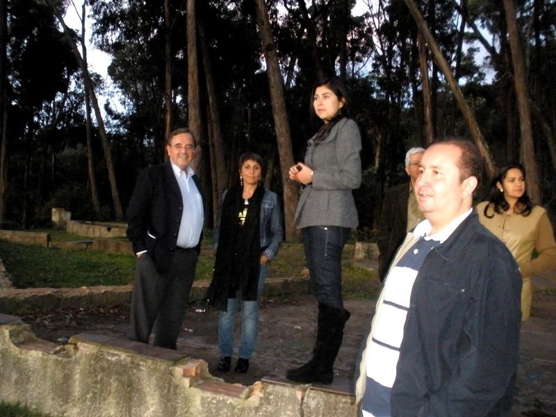 144. Bogotá, 26-9-2010, junto a la Circunvalar: Profs. Luzón, Beatriz Suárez López, Simón Rodríguez Vilches, tras él Alberto Suárez Sánchez, fiscal Sandra Barrera Barrera.