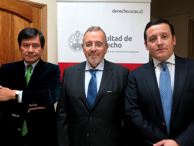 El Prof. Dr. Dr. h.c. mult. Luzón Peña tras su conferencia, acompañado de los Profs. Náquera y Elgueta. Univ. Católica de la Santísima Concepción, Chile. 5-8-2016