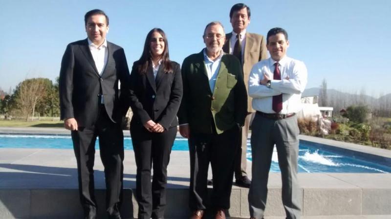 El Prof. Dr. Dr. h.c. mult. Luzón Peña acompañado de los fiscales Profs. Ernesto Vásquez, presidente de la Asociación (derecha), y Víctor Manuel Vidal (izquierda), la Dra. Ángela Moreno Bobadilla, Directora Dpto. Der. Público Univ. Central de Chile, y (arriba) el Prof. Dr. Jaime Náquira Riveros, Titular (catedrático) de D. Penal Univ. Católica de Chile. 16/08/2016.