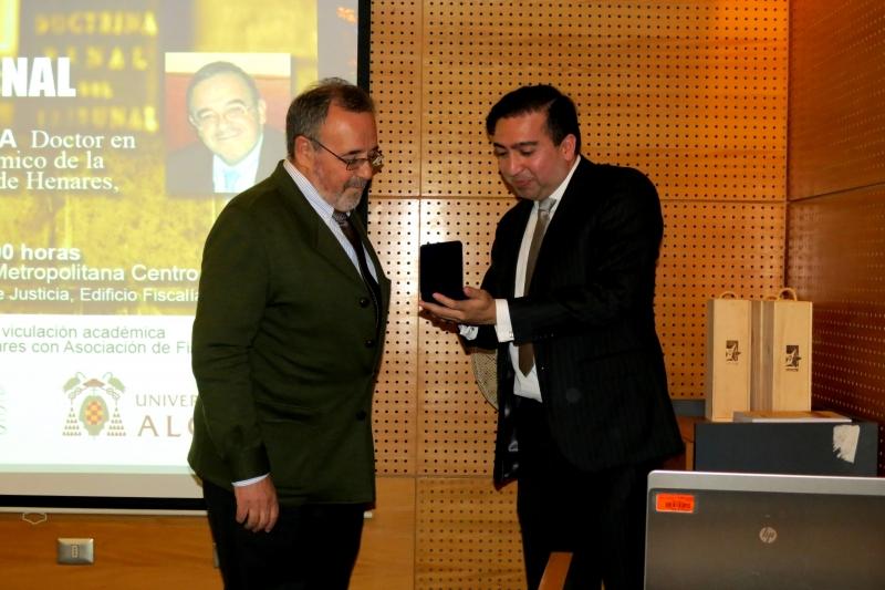 """Entrega por el Prof. Vïctor Manuel Vidal al Prof. Dr. Dr. h.c. mult. Luzón de la medalla de la Asociación de Fiscales de Chile """"en honor y reconocimiento"""","""