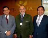 El Prof. Dr. Dr. h.c. mult. Luzón Peña portando la medalla, acompañado a la izquierda del Prof. Dr. Vásquez, Presidente de la Asociación.