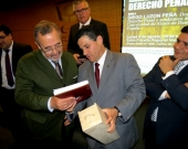 Entrega de obsequios por el Prof. Ernesto Vásquez, Presidente de la Asociación, al Prof. Luzón