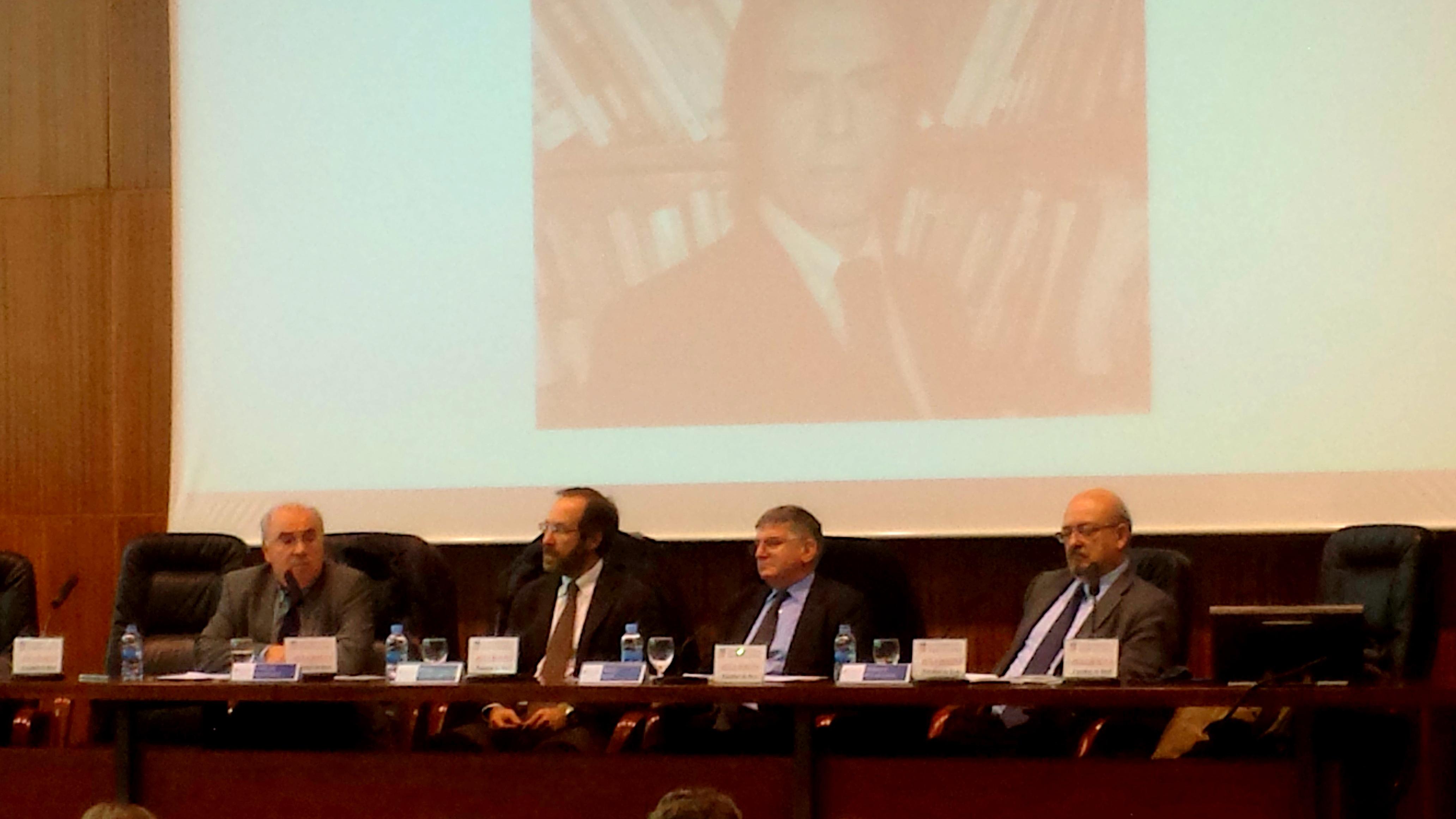 mesa redonda compuesta por los Profs. Dres. Martínez-Buján, Cardenal Montraveta (moderador), ambos socios de la FICP, y por los Profs. Dres. Sanz Morán* y Peñaranda Ramos*, patronos de la FICP