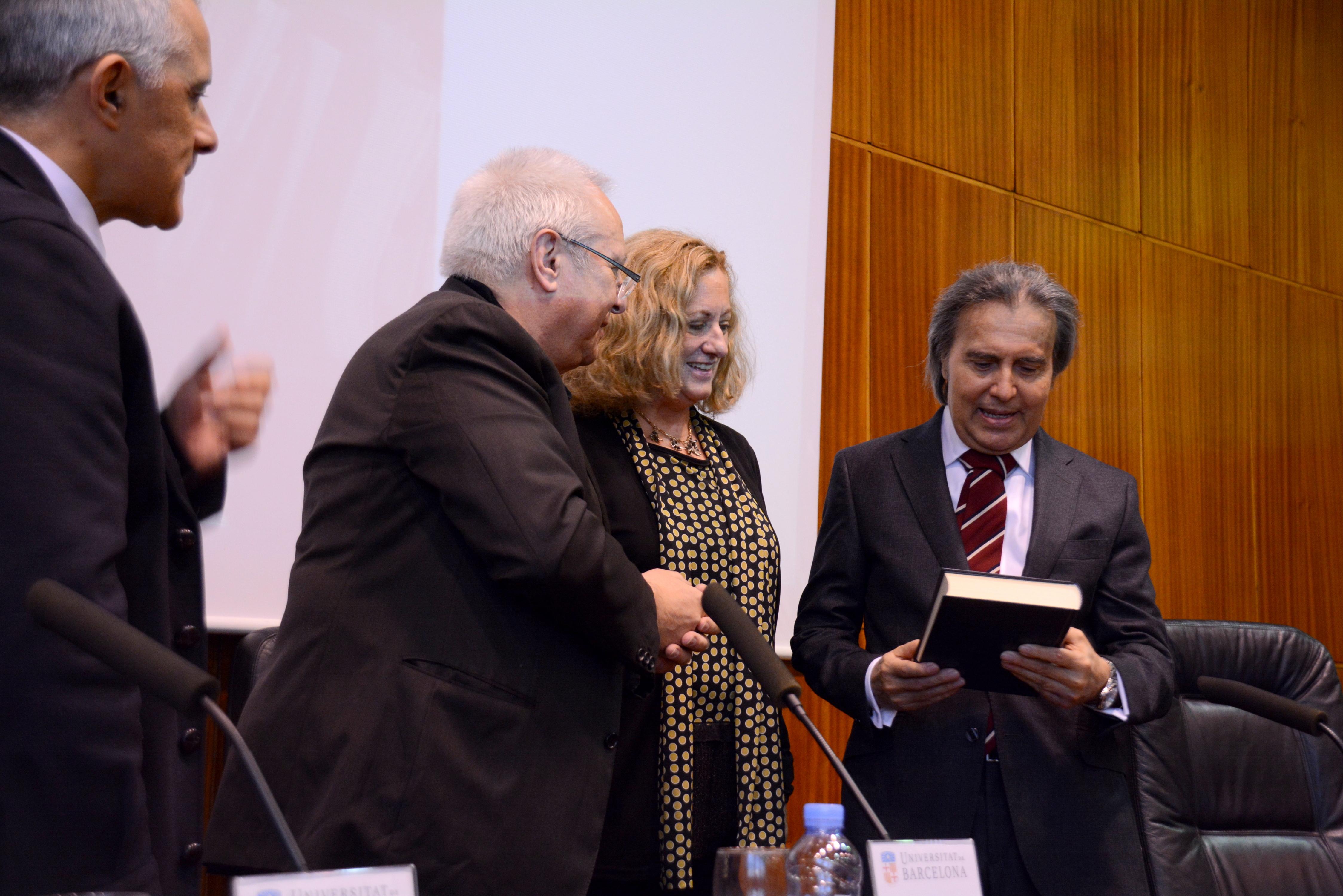 Los directores de las jornadas hacen entrega del Libro Homenaje al Prof. Dr. Dr. h.c. mult. Mir Puig*