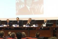 El Prof. Dr. Hortal Ibarra (segundo contando desde la izq.), socio de la FICP, modera la mesa compuesta por los Profs. Dres. de la Cuesta Arzamendi, Díez Ripollés y Arroyo Zapatero, socio de la FICP.