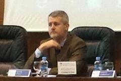 El patrono Prof. Dr. Víctor Gómez Martín modera la ponencia y debate de la primera sesión.