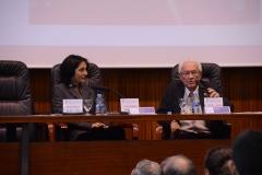 El Prof. Dr. Dr. h.c. mult. Vives Antón durante la laudatio, presentado por la Prof. Dra. Ujala Joshi Jubert.