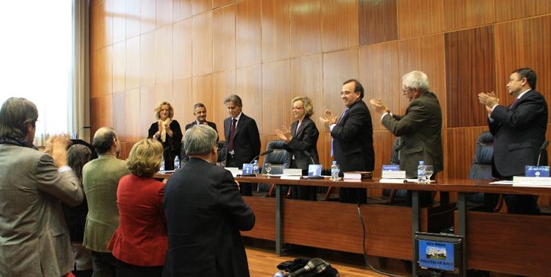 Fac. Derecho, Univ. Barcelona, 17-12-2010. Aplauso al Prof. Mir Puig de los asistentes a la entrega de su Libro Homenaje.