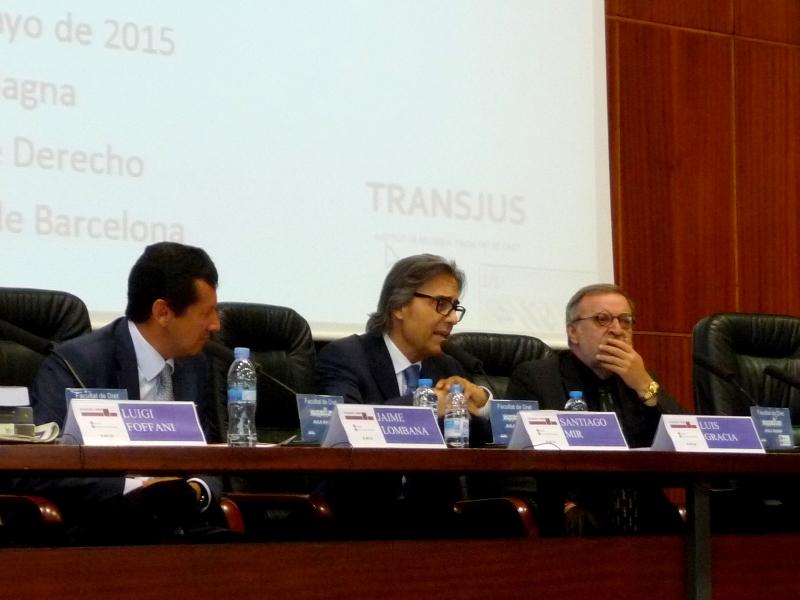 El Prof. Dr. Dr. h.c. mult. Mir Puig interviene en el debate de la 5ª mesa, acompañado por los Profs. Dres. Lombana y Gracia Martín.