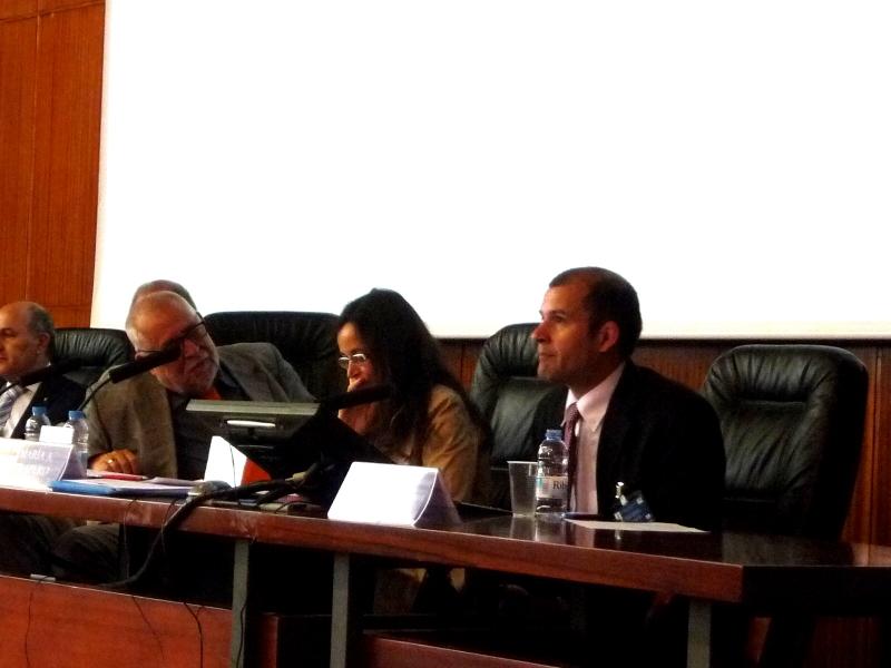 El Prof. Dr. Greco durante su ponencia. A la izq., los Profs. Dres. Muñoz Conde y Trapero Barreales