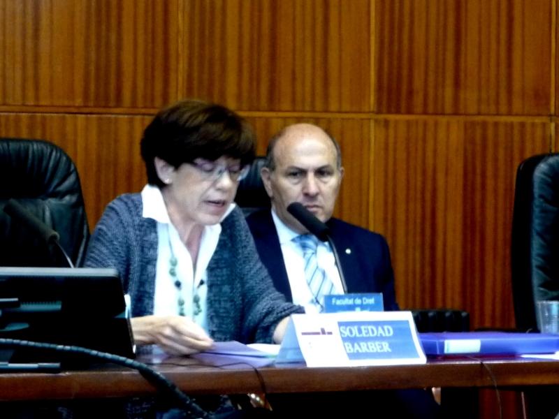 La Prof. Dra. Barber Burusco durante su ponencia, junto al Prof. Dr. de Luca (dcha.).