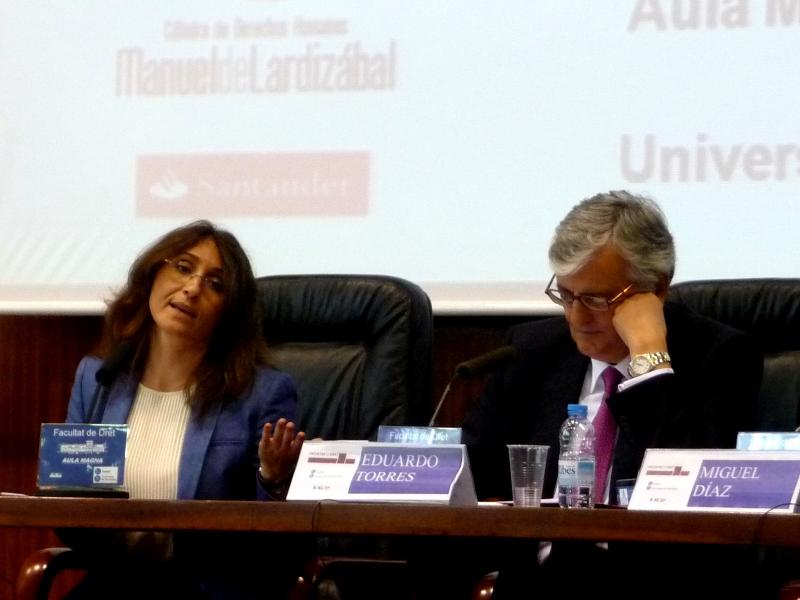 La Prof. Dra. Roso Cañadillas durante su ponencia, moderada por el Excmo. Sr. Torres-Dulce (dcha.).