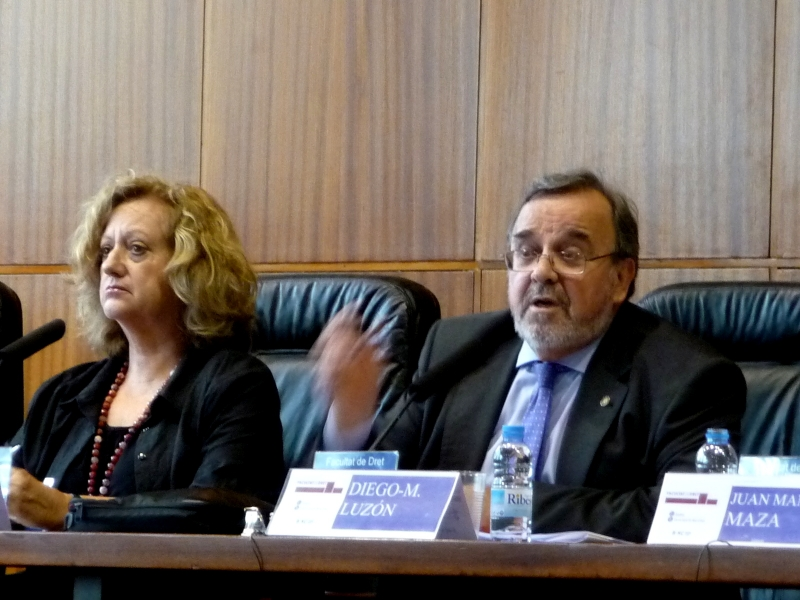 El Prof. Dr. Dr. h.c. mult. Luzón Peña durante su ponencia. A su izq., la Prof. Dra. Corcoy Bidasolo.