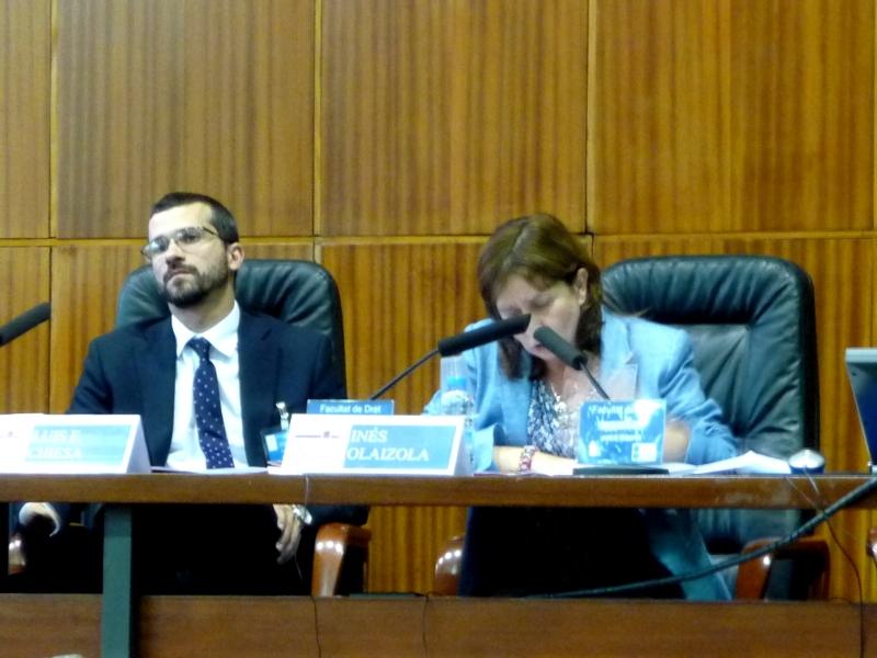 La Prof. Dra. Olaizola Nogales durante su ponencia. A su izq., el Prof. Dr. Chiesa.