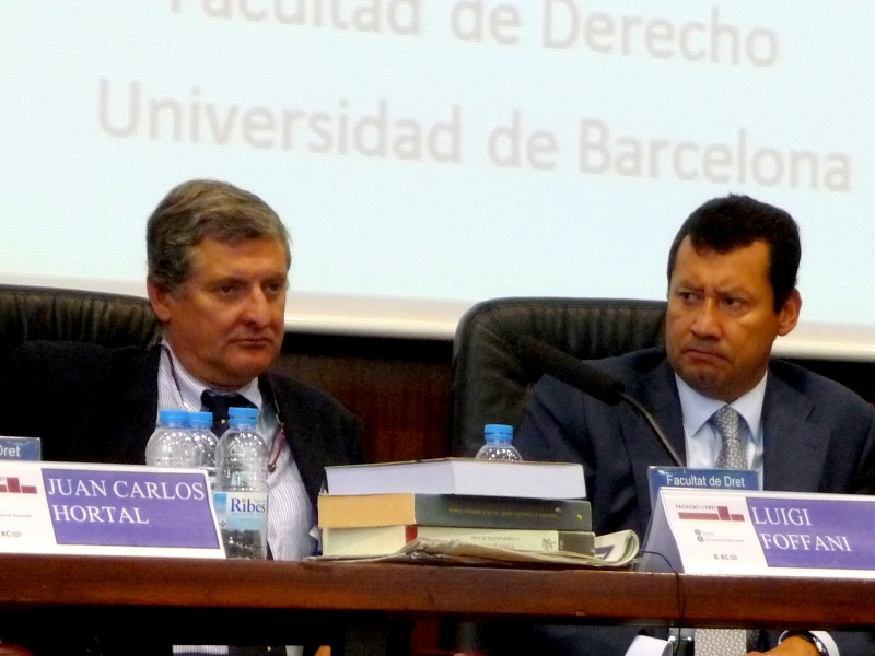 El Prof. Dr. Foffani durante su ponencia, moderado por el Prof. Dr. Lombana (dcha.).