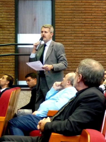 El Prof. Dr. Gómez Martín interviene en el debate de la 6ª mesa.