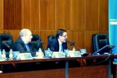 El Prof. Dr. Robles Planes interviene en el debate de la 3ª mesa. A la izq, el Prof. Dr. Paredes Castañón.