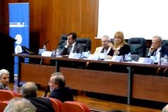El Prof. Dr. Dr. h.c. mult. Luzón Peña interviene en el debate de la 6ª mesa, moderada por la Prof. Dra. Santana Valdágua