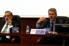 El Prof. Dr. Gómez Martín durante su ponencia. A la izq., el Prof. Dr. Díaz y García Conlledo.