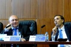 El Prof. Dr. Paredes Castañón durante su ponencia. A su dcha., el Prof. Dr. Robles Planas.