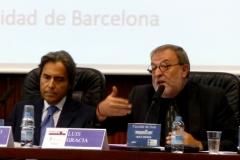 El Prof. Dr. Dr. h.c. mult. Gracia Martín durante su ponencia. A su izq., el Prof. Dr. Dr. h.c. mult. Mir Puig.