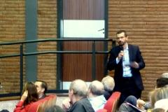 El Prof. Dr. Chiesa interviene en el debate de la 5ª mesa.