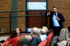 El Prof. Dr. Chiesa interviene durante el debate de la 5ª mesa.