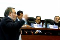 El Prof. Dr. Dr. h.c. mult. Luzón Peña interviene en el debate de la 5ª mesa.