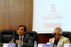 El Prof. Dr. Demetrio Crespo durante su ponencia. A su dcha., el Prof. Dr. Queralt.