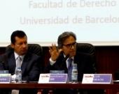 El Prof. Dr. Dr. h.c. mult. Mir Puig durante su ponencia, moderado por el Prof. Dr. Lombana.