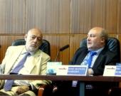 El Prof. Dr. Paredes Castañón durante su ponencia, moderado por el Excmo. Sr. Maza Martín (izq.).