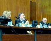 De izq. a dcha., los Profs. Dres. Corcoy Bidasolo, Luzón Peña y Paredes Castañón durante el debate de la 3ª mesa.