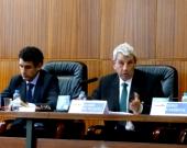 El Prof. Dr. de Vicente Remesal durante su ponencia. A su izq., el Prof. Dr. Ragués i Vallès.